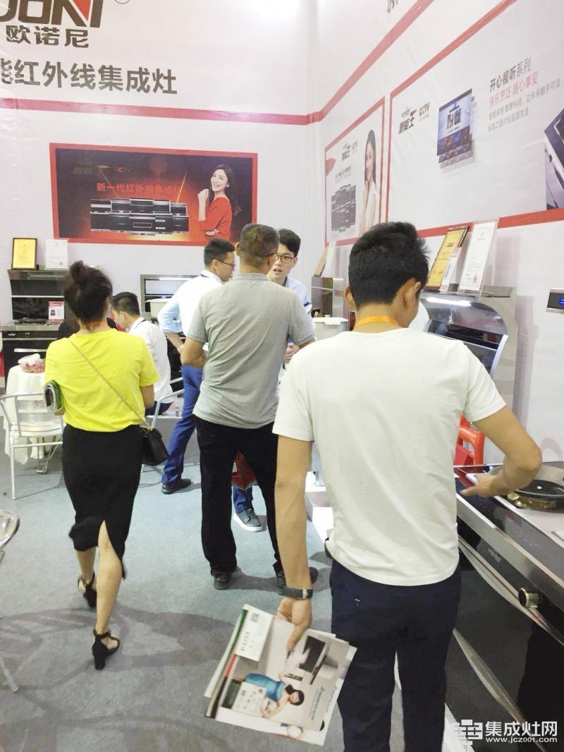 聚焦成都建博会第一天 欧诺尼集成灶引领厨电新风尚