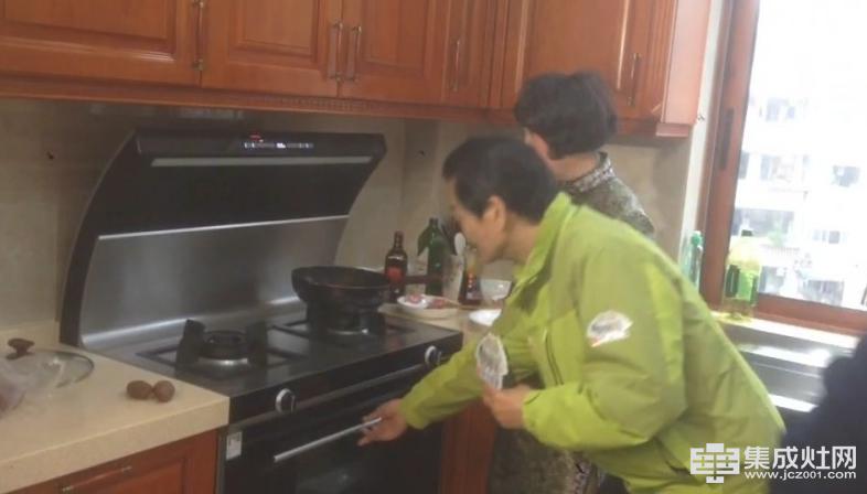 老娘舅看到里面可以放八个菜,再加上上面烧菜,30分钟可做十道菜