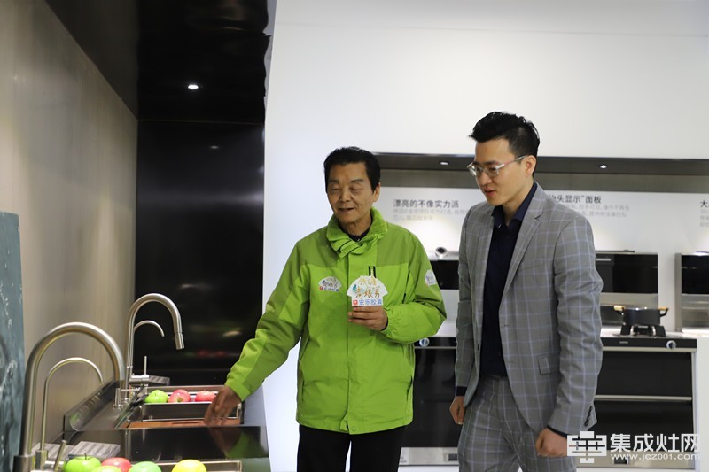 北斗星集成灶研究院院长张祥程为老娘舅介绍产品