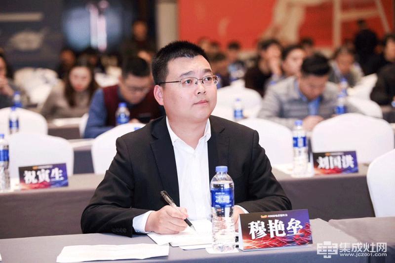 品格卫厨(浙江)有限公司厨电营销总监穆艳垒先生作为论坛嘉宾也参与了现场论坛的答辩